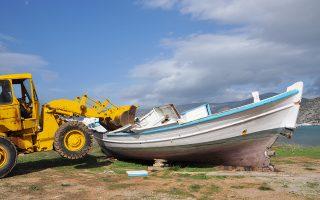 Περιθώρια ελπίδας για τη διάσωση του παραδοσιακού ψαροκάικου αφήνει η προχθεσινή συνάντηση στο λιμάνι Ζέας, με πρωτοβουλία του Ναυτικού Μουσείου. Εσχάτως, οι αλιείς αποσύρουν, έναντι παχυλότατων αποζημιώσεων, την επαγγελματική τους άδεια, στο πλαίσιο διάταξης της Ε.Ε. για τη διαφύλαξη των αλιευμάτων. Μέσα σε μερικά χρόνια, η Ελλάδα έχει χάσει το μεγαλύτερο μέρος του αλιευτικού της στόλου, που ήταν και ο πολυπληθέστερος στην Ευρώπη. Σελ. 2