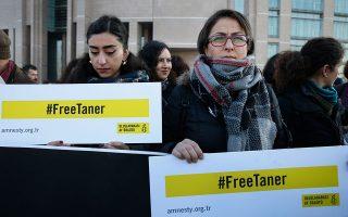 Στις τουρκικές φυλακές κρατούνται 20.000 γυναίκες και 700 βρέφη, λέει στην «Κ» η Αϊσέ. Στη φωτογραφία, διαμαρτυρία στην Κωνσταντινούπολη για τη δίωξη ακτιβιστών που υπερασπίζονται τα ανθρώπινα δικαιώματα.