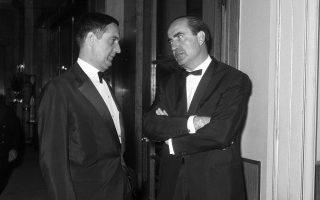 Ο Κωνσταντίνος Μητσοτάκης στο ξενοδοχείο «Μεγάλη Βρεταννία» με τον διπλωμάτη Τζώνυ Σωσσίδη, ο οποίος διαδραμάτισε κρίσιμο ρόλο στα γεγονότα του 1965.