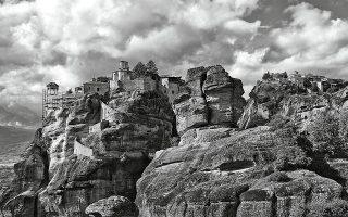 Οι μονές είναι σκαρφαλωμένες σε απότομα βράχια και σε πολλές δεν επιτρέπεται η είσοδος αν η λειτουργία έχει ήδη ξεκινήσει. (Φωτογραφία: © ΝΙΚΟΣ ΚΟΚΚΑΣ)