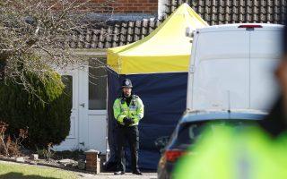 Βρετανικές αστυνομικές αρχές έξω από το σπίτι του Ρώσου πρώην πράκτορα στο πλαίσιο της εν εξελίξει έρευνας για την υπόθεση απόπειρας δολοφονίας του.
