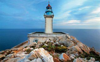 Ο φάρος του Ακροταίναρου, του νοτιότερου σημείου της ηπειρωτικής Ελλάδας και των Βαλκανίων. (Φωτογραφία: ΟΛΓΑ ΧΑΡΑΜΗ)