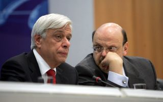 Ο Υπουργός Εσωτερικών Προκόπης Παυλόπουλος συνομιλεί με τον Κυβερνητικό Εκπρόσωπο Ευάγγελο Αντώναρο . Πραγματοποιήθηκε στην ΓΓ Ενημέρωσης και Επικοινωνίας η τελετή παράδοσης παραλαβής από τον Θεόδωρο Ρουσόπουλο στον Υπουργό Εσωτερικών Προκόπη Παυλόπουλο στον οποίον υπάγονται πλέον οι αρμοδιότητες των ΓΓ Ενημέρωσης και Επικοινωνίας, Παρασκευή 24 Οκτωβρίου 2008.