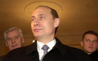 Ο υποψήφιος Ρώσος πρόεδρος Βλάντιμιρ Πούτιν μιλάει σε εκπροσώπους του Τύπου σε ένα εκλογικό κέντρο της Μόσχας, λίγο αφότου έριξε την ψήφο του, κατά τη διάρκεια της διεξαγωγής των ρωσικών προεδρικών εκλογών, το 2000. Ο Πούτιν συγκέντρωσε το 53.4% των ψήφων και ανακηρύχθηκε πρόεδρος της Ρωσικής Δημοκρατίας, πραγματοποιώντας μία εκλογική νίκη που αποτέλεσε την αρχή της μακράς περιόδου της παντοδυναμίας του στη ρωσική πολιτική σκηνή, η οποία κρατά μέχρι τις μέρες μας. (AP Photo/Alexander Zemlianichenko)