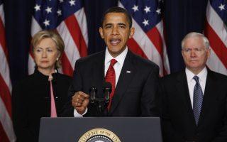 Έχοντας πίσω του την υπουργό Εξωτερικών Χίλαρι Κλίντον και τον υπουργό Άμυνας Ρόμπερτ Γκέιτς, ο Αμερικανός πρόεδρος Μπαράκ Ομπάμα ανακοινώνει τη νέα στρατηγική που θα ακολουθήσουν οι Ηνωμένες Πολιτείες στο Αφγανιστάν και το Πακιστάν, από το Eisenhower Executive Office Building, στην Ουάσιγκτον, το 2009. Ο Αμερικανός πρόεδρος ανακοίνωσε ότι η κυβέρνηση του θα μετατοπίσει το μεγαλύτερο μέρος της δράσης των αμερικανικών ενόπλων δυνάμεων από το Ιράκ, στο οποίο επικεντρώθηκε ο προκάτοχος του, Τζορτζ Μπους, στα πολεμικά μέτωπα του Αφγανιστάν και του Πακιστάν, με σκοπό να εκμηδενίσει τις δυνάμεις των Ταλιμπάν και της Αλ-Κάιντα οπυ δρουν στις δύο χώρες. (AP Photo/Ron Edmonds)