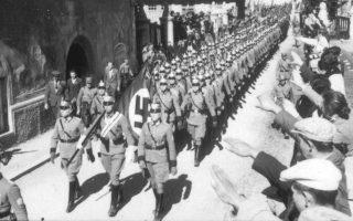 Γερμανοί αστυνομικοί εισέρχονται συντεταγμένα στην αυστριακή πόλη της Ιμστ, την ημέρα της προσάρτησης της Αυστρίας από το Τρίτο Ράιχ (Anschluss) και της εγκαθίδρυσης του Εθνικοσοσιαλισμού στη χώρα, το 1938. (AP Photo) Προβολή στο εξωφύλλο/κουτιά Προβολή στην σελίδα του άρθρου