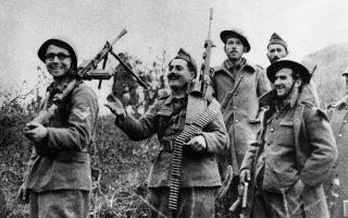 Έλληνες στρατιώτες διασκεδάζουν σε μία ανάπαυλα από την ένταση των μαχών με τον ιταλικό στρατό, κρατώντας τον πολεμικό εξοπλισμό που κατάφεραν να πάρουν από τους αντιπάλους τους, κοντά στο Τεπελένι, στην Αλβανία, ένα μήνα περίπου πριν από τη γερμανική επίθεση εναντίον της Ελλάδας, το 1941. (AP Photo