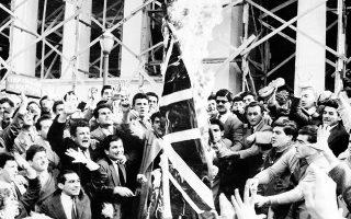 Φοιτητές του Πανεπιστημίου Αθήνων καίνε τη βρετανική σημαία κατά τη διάρκεια διαδήλωσης στο κέντρο της Αθήνας, διαμαρτυρόμενοι για τον εκτοπισμό του αρχιεπισκόπου Κύπρου Μακαρίου στις Σεϋχέλλες από τις βρετανικές αρχές ως τρομοκράτη, στο πλαίσιο του αντιαποικιακού αγώνα της Ε.Ο.Κ.Α., την 9η Μαρτίου του 1956. Τουλάχιστον 3.000 φοιτητές συμμετείχαν στη διαδήλωση, η οποία κινήθηκε προς τη βρετανική πρεσβεία. (AP Photo)