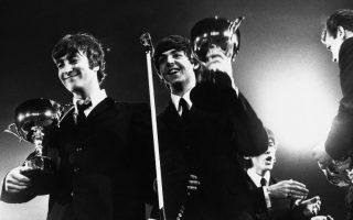 Τα «Σκαθάρια» επιδεικνύουν τα βραβεία που κέρδισαν στην τελετή που διοργάνωσε το NME στο κλειστό στάδιο του Γουέμπλεϊ, στο Λονδίνο, το 1964. (AP Photo/Hood)