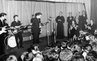 Η πριγκίπισσα Μαργαρίτα, κόμισσα του Σνόουντον και ο σύζυγος της, λόρδος Σνόουντον, παρακολουθούν ενθουσιασμένοι μία συναυλία του μεγάλου αστέρα της «προ-Beatles» νεανικής μουσικής σκηνής της Βρετανίας, Κλιφ Ρίτσαρντ, και του θρυλικού υποστηρικτικού του συγκροτήματος, The Shadows, σε ένα νεανικό κλαμπ του Λονδίνου, παρέα με πολλούς ξέφρενους εφήβους, το 1962. (AP Photo)