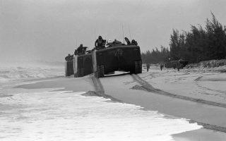 Τεθωρακισμένα οχήματα του αμερικανικού στρατού, στα οποία επιβαίνουν άνδρες του επίλεκτου σώματος των πεζοναυτών, κινούνται στην παραλία της Ντα Νανγκ, λίγο μετά την αποβίβαση τους στις βιετναμέζικες ακτές, το 1965. Οι Αμερικανοί πεζοναύτες κατέφθασαν στη Ντα Νανγκ από αέρος και θαλάσσης, για να συμβάλλουν στην άμυνα της τοπικής αεροπορικής βάσης, η οποία δέχεται τη σφοδρή επίθεση των κομμουνιστικών δυνάμεων του Βορείου Βιετνάμ. (AP Photo)