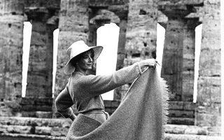 Η Βρετανίδα ηθοποιός Βανέσα Ρέντγκρεϊβ προβάρει μία χορευτική σκηνή ανάμεσα στα αρχαία ερείπια της Ποσειδωνίας, στην περιοχή της Καμπανίας, στη νότια Ιταλία, το 1968. Η ηθοποιός πρωταγωνιστεί στην ταινία «Ισιδώρα Ντάνκαν», η οποία βασίστηκε στη ζωή της σπουδαίας Αμερικανίδας χορεύτριας του πρώιμου 20ου αιώνα. (AP Photo/Giulio Broglio)