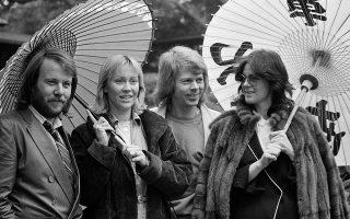 Tα τέσσερα μέλη του θρυλικού σουηδικού ποπ συγκροτήματος των ABBA κρατούν χάρτινες παραδοσιακές ιαπωνικές ομπρέλες, για να προστατευτούν από τη βροχή, στον κήπο του ξενοδοχείου τους στο Τόκιο, όπου βρίσκονται για σειρά συναυλιών, το 1980. (AP Photo/Tsugufumi Matsumoto)