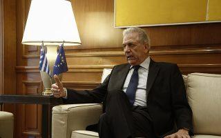 O Ευρωπαίος Επίτροπος για την Μετανάστευση Δημήτρης Αβραμόπουλος συνομιλεί με τον πρωθυπουργό Αλέξη Τσίπρα (δεν εικονίζεται) κατά τη διάρκεια της συνάντησής τους στο Μέγαρο Μαξίμου Αθήνα Παρασκευή 30 Μαρτίου 2018.  ΑΠΕ-ΜΠΕ/ΑΠΕ-ΜΠΕ/ΓΙΑΝΝΗΣ ΚΟΛΕΣΙΔΗΣ