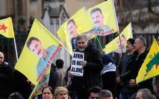 Με κουρδικές σημαίες και πορτρέτα του Οτσαλάν, διαδηλωτές διαμαρτύρονται έξω από το βρετανικό Κοινοβούλιο για την εισβολή στο Αφρίν.