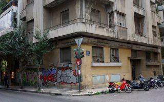 Δροσοπούλου και Θήρας, κοντά στη Φωκίωνος Νέγρη. Εγκαταλελειμμένο κτίριο του Μεσοπολέμου.