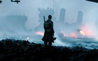 «Δουνκέρκη»: το έπος επιβίωσης του Κρίστοφερ Νόλαν, μια αληθινή κινηματογραφική πανδαισία ακρίβειας και ρυθμού ανάλογου με το διαρκές ψιθύρισμα του ρολογιού που συνοδεύει την αγωνία των Βρετανών στρατιωτών στην ταινία.