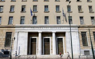 Με στόχο την ενίσχυση των ταμειακών διαθεσίμων της χώρας, η κυβέρνηση σχεδιάζει να φέρει διάταξη με την οποία θα υποχρεώνει όλους τους φορείς να καταθέτουν τα διαθέσιμά τους στην Τράπεζα της Ελλάδος.