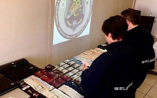 Νοθευμένα και κλεμμένα διαβατήρια και ταυτότητες που κατασχέθηκαν από την Ελληνική Αστυνομία στην Αθήνα.