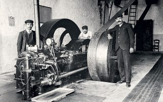 Εσωτερικό εργοστασίου, περί το 1905, από τον Αναστάσιο Γαζιάδη, εκ των πρώτων φωτογράφων που αποτύπωσαν την αναπτυσσόμενη βιομηχανία.