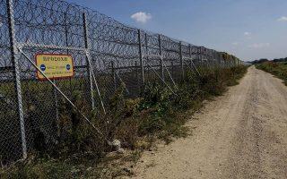 Ο κατασκευαστής του φράχτη στον Εβρο, Πέτρος Δαγρές, λέει στην «Κ» ότι δεν τέθηκε ποτέ ζήτημα κάλυψης του σημείου όπου συνελήφθησαν οι δύο στρατιωτικοί. «Βρίσκονται κοντά το ελληνικό και το τουρκικό φυλάκιο και υπάρχει καλή εποπτεία της περιοχής. Θεωρώ ότι γι' αυτό δεν υπήρξε λόγος επέκτασης».