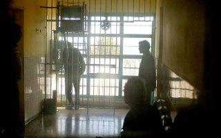 «Εάν οι ίδιοι οι φύλακες φοβούνται, τότε πώς πρέπει να νιώθουν οι κρατούμενοι;», σχολιάζει συγγενής προφυλακισμένου, ο οποίος προ μηνών είχε πέσει θύμα απαγωγής μέσα στις φυλακές από μέλη της αλβανικής μαφίας. Το περιστατικό, όπως και το πρόσφατο μαστίγωμα σωφρονιστικού, αποκάλυψε η «Κ».