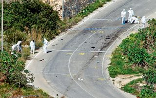 Αστυνομικοί ερευνούν το σημείο όπου δολοφονήθηκε η Μαλτέζα δημοσιογράφος Δάφνη Καρουάνα Γκαλιζία.