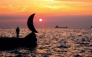 Πριν από τέσσερα χρόνια άγνωστοι ξήλωσαν το «Φεγγαράκι»,έργο του καλλιτέχνη Παύλου Βασιλειάδη, που είχε τοποθετηθεί στο πλαίσιο της ανάπλασης της παραλίας στον βραχίονα της Νέας Παραλίας, απέναντι από το ξενοδοχείο «Μακεδονία Παλάς»,και το πέταξαν στη θάλασσα.