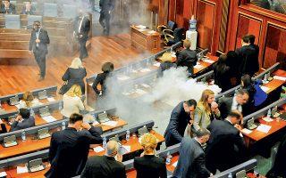 Βουλευτές της αντιπολίτευσης έριξαν δακρυγόνα κατά τη διάρκεια συνεδρίασης στη Βουλή, στην Πρίστινα, προκειμένου να διακόψουν τη συζήτηση που διεξαγόταν για την επικύρωση μιας συμφωνίας που αφορά τα σύνορα με το Μαυροβούνιο. Η έγκριση αυτής της συμφωνίας αποτελεί βασική προϋπόθεση προκειμένου να δοθεί το πράσινο φως από την Ε.Ε. ώστε οι Κοσοβάροι να μπορούν να ταξιδεύουν στις χώρες-μέλη της Ε.Ε. χωρίς να χρειάζονται βίζα. Το αντιπολιτευόμενο κόμμα «Αυτοδιάθεση» τάσσεται κατηγορηματικά κατά της συμφωνίας.