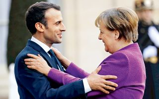 O Γάλλος πρόεδρος Εμανουέλ Μακρόν υποδέχεται θερμά την καγκελάριο Αγκελα Μέρκελ στο προεδρικό μέγαρο στο Παρίσι για το χθεσινοβραδινό δείπνο εργασίας, το πρώτο μετά τη συγκρότηση της νέας γερμανικής κυβέρνησης. Στο μενού των συζητήσεων θα κυριαρχούσε, εκτός από τις μεταρρυθμίσεις στην Ευρωζώνη, η επίθεση εναντίον του Ρώσου πρώην κατασκόπου στη Βρετανία. «Πολλά στοιχεία συγκλίνουν ότι η Ρωσία είναι υπεύθυνη», σχολίασε η κ. Μέρκελ κατά την έναρξη της συνάντησης και συμπλήρωσε ότι θα αναζητηθεί η κατάλληλη απάντηση στη Μόσχα.