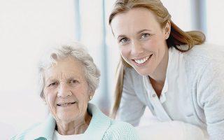 Υπάρχουν ειδικότητες στον κλάδο της υγείας που σχετίζονται άμεσα με τη φροντίδα και την υγεία των ηλικιωμένων, όπως είναι οι γιατροί και οι νοσηλευτές με ειδίκευση στη γηριατρική.