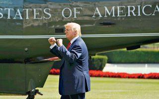 Ο Γάλλος πρόεδρος τόνισε ότι οι δασμοί που σκοπεύει να επιβάλει ο Ντόναλντ Τραμπ στις εισαγωγές χάλυβα και αλουμινίου αποτελούν σαφή παραβίαση των κανόνων του Παγκόσμιου Οργανισμού Εμπορίου. Υπογράμμισε, μάλιστα, ότι «είναι σημαντικό να αντιδράσει χωρίς χρονοτριβή η Ε.Ε.».
