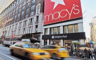 Η Macy's, μία από τις μεγαλύτερες αλυσίδες λιανεμπορίου στις ΗΠΑ, ανησυχεί ότι οι δασμοί Τραμπ στην Κίνα θα μειώσουν δραστικά τα έσοδά της.