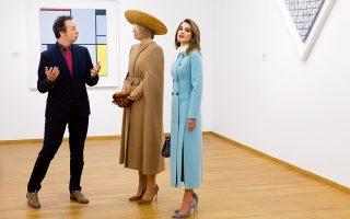 Gemeentemuseum (δημοτικό μουσείο), στη Χάγη, αίθουσα με έργα του Μοντριάν. Η καφέ γυναίκα στο κέντρο (cafe au lait, για να είμαι ακριβής) δεν είναι έργο καλλιτέχνη. Είναι η βασίλισσα Μάξιμα της Ολλανδίας αυτοπροσώπως. Η γαλάζια γυναίκα δίπλα της δεν είναι η Λετίσια της Ισπανίας (θα μπορούσε), είναι η Ράνια της Ιορδανίας. Παραδόξως, ο επιμελητής αριστερά, Μπένο Τέμπελ, δείχνει ο μόνος φυσιολογικός άνθρωπος εκεί μέσα...