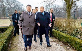 Ο Ζίγκμαρ Γκάμπριελ ξεναγεί τον Μεβλούτ Τσαβούσογλου σε πάρκο του Βερολίνου, μετά την κοινή συνέντευξη Τύπου των δύο υπουργών Εξωτερικών.