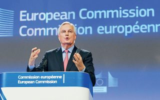 Ο επικεφαλής των Ευρωπαίων διαπραγματευτών στις συνομιλίες με το Λονδίνο για τους όρους του Brexit, Μισέλ Μπαρνιέ, παρουσιάζει το σχέδιο των «27» σε χθεσινή συνέντευξη Τύπου, στις Βρυξέλλες.