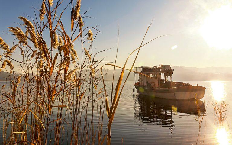 Από τον εκρηκτικό χαλκουνοπόλεμο του επιταφίου στα γαλήνια νερά της λίμνης Τριχωνίδας. (Φωτογραφία: © Getty Images/Ideal Image)