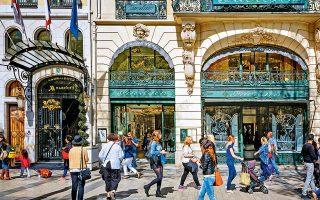 Το αρωματοπωλείο της Guerlain και η είσοδος του Marriott Hotel στη λεωφόρο Champs Elysees. (Φωτογραφία: Getty Images/Ideal Image)