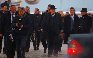 Ο Νίκος Κοτζιάς προσγειώθηκε σε ένα αεροδρόμιο από το οποίο απουσίαζε το όνομα «Μέγας Αλέξανδρος». Ωστόσο, ορισμένες λεπτομέρειες μαρτυρούσαν... βιασύνη, λόγω διαπραγματεύσεων. Για παράδειγμα, η Υπηρεσία Πολιτικής Αεροπορίας περιείχε στην ονομασία της το «Μέγας Αλέξανδρος».
