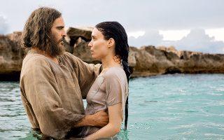 Η Ρούνεϊ Μάρα, στον ρόλο της Μαγδαληνής, βαπτίζεται στα νερά της λίμνης από τον Γιοακίν Φίνιξ - Ιησού.