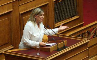 Η βουλευτής του ΣΥΡΙΖΑ Ανθή Καρακώστα μιλάει στην Ολομέλεια της Βουλής κατά τη συζήτηση και ψήφιση επί της αρχής, των άρθρων και του συνόλου του σχεδίου νόμου του Υπουργείου Οικονομικών «Κύρωση της από 14.11.2014 Σύμβασης Αγοραπωλησίας Μετοχών για την απόκτηση του 100% του μετοχικού κεφαλαίου της εταιρείας ΕΛΛΗΝΙΚΟ Α.Ε. και της από 19.07.2016 Τροποποιητικής Σύμβασης και ρύθμιση λοιπών συναφών θεμάτων», Αθήνα, την Τετάρτη 21 Σεπτεμβρίου 2016.  ΑΠΕ-ΜΠΕ/ΑΠΕ-ΜΠΕ/Αλέξανδρος Μπελτές