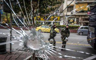 Κατεστραμμένη βιτρίνα στο κέντρο της Αθήνας, το οποίο πρόσφατα συγκλονίστηκε από διαδοχικά χτυπήματα. Το αίτημα των δραστών για μεταγωγή του «συντρόφου» τους που κατηγορείται για την επίθεση στον Λουκά Παπαδήμο ικανοποιήθηκε...