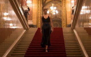 Η Τζένιφερ Λόρενς σε ρόλο... πλανεύτρας κατασκόπου στο «Κόκκινο σπουργίτι» του Φράνσις Λόρενς.