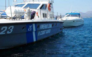 Σκάφος του λιμενικού μεταφέρει το σκάφος που βρέθηκαν τα κατασχεθέντα ευρήματα και που εντοπίστηκε τις πρώτες πρωινές ώρες σήμερα, από περιπολικό σκάφος του Λιμενικού Σώματος – Ελληνικής Ακτοφυλακής, μετά από αξιοποίηση πληροφοριών και κατόπιν συντονισμένων ενεργειών, στη θαλάσσια περιοχή νότια των Κυθήρων, όπου πολυτελές σκάφος αναψυχής, με σημαία Ιταλίας, μετέφερε μεγάλη ποσότητα ινδικής κάνναβης που εκτιμάται περίπου σε δύο τόνους, Παρασκευή 11 Αυγούστου 2017. Το ανωτέρω σκάφος είχε αποπλεύσει από την Ιταλία με ενδιάμεσο σταθμό φόρτωσης του παράνομου φορτίου τις Αλβανικές ακτές, με προορισμό το Αιγαίο. Από τη Λιμενική Αρχή Νεάπολης Βοιών που διενεργεί την προανάκριση συνελήφθησαν δύο (02) αλλοδαποί, Ιταλικής και Αλβανικής υπηκοότητας και κατασχέθηκε το εν λόγω σκάφος. ΑΠΕ ΜΠΕ/ΛΙΜΕΝΙΚΟ ΣΩΜΑ/STR