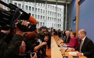 Η καγκελάριος Αγκελα Μέρκελ, ο επικεφαλής των Βαυαρών Χριστιανοκοινωνιστών Χορστ Ζεεχόφερ και ο Σοσιαλδημοκράτης μελλοντικός υπουργός Οικονομικών Ολαφ Σολτς κατά την τελετή υπογραφής της προγραμματικής συμφωνίας μεταξύ των κυβερνητικών εταίρων.