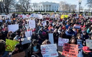 Νέοι άνθρωποι έξω από τον Λευκό Οίκο συμμετέχουν στην αποχή που κήρυξαν τα αμερικανικά σχολεία, προκειμένου να διαμαρτυρηθούν για την απραξία των πολιτικών στο ζήτημα της οπλοκατοχής και της ένοπλης βίας στα σχολεία.