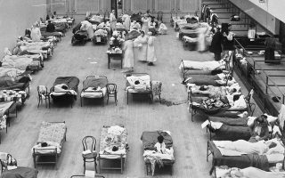 Εθελοντές του Αμερικανικού Ερυθρού Σταυρού περιθάλπουν ασθενείς της γρίπης στο προσωρινό νοσοκομείο που στήθηκε στο Δημοτικό Αμφιθέατρο του Οκλαντ.
