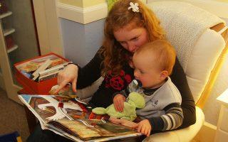Τα παιδιά μπορούν να «διαβάσουν» με τη βοήθειά μας ήδη πριν κλείσουν τον πρώτο χρόνο της ζωής τους.