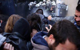 Διαδηλωτές σε αντιπαράθεση με άνδρες των ΜΑΤ καθώς προσπαθούν να ματαιώσουν ηλεκτρονικό πλειστηριασμό σε συμβολαιογραφείο στο κέντρο της Αθήνας.