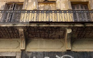 Στην οδό Αγίας Ειρήνης 11, κοντά στην Αθηνάς και στο Μοναστηράκι. Κτίριο χτισμένο γύρω στο 1920.